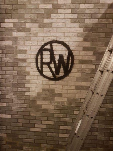 logo creatief steenstrips muur