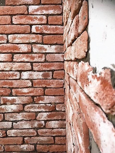 dunne-steenstrips-bakstenen muur-verweerde muur-oude bakstenen muur