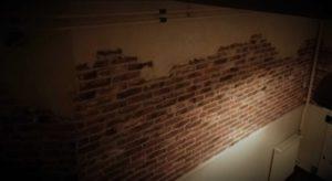 steenstrips-bakstenen muur-verweerde muur-oude bakstenen muur