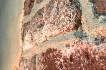stoer wonen-industriele muur-stucwerk-dunne verweerde steenstrips-