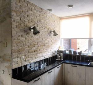 unieke muur- industriele muur-stuclaag-keukenmetamorfose