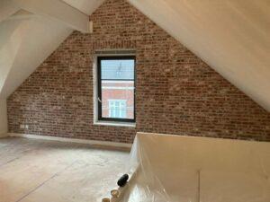 wit verweerd: bakstenen muur van Wall of Steen met flink verweerde steenstrips