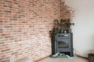 Bakstenen muur met brickwall steenstrips van Wall of Steen en stucwerk in een woonkamer