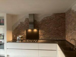 Keukenwand steenstrips baksteen met stucwerk door Wall of Steen en coating voor jouw oude stenen muur
